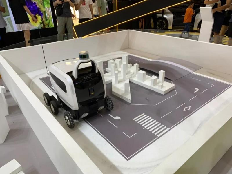 美团的小型无人配送车在演示避障 图/麻策